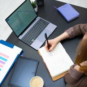 Mulher estudando para MBA em Gestão Comercial de Produtos e Serviços de Instituições Financeiras