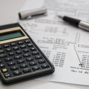 Calculadora, caneta e papel