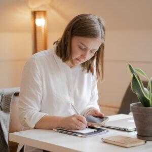 Mulher fazendo calculando finanças