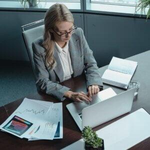 Mulher digitando em um notebook