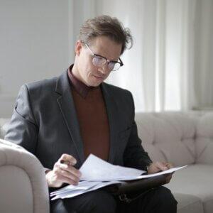 Homem analisando relatórios